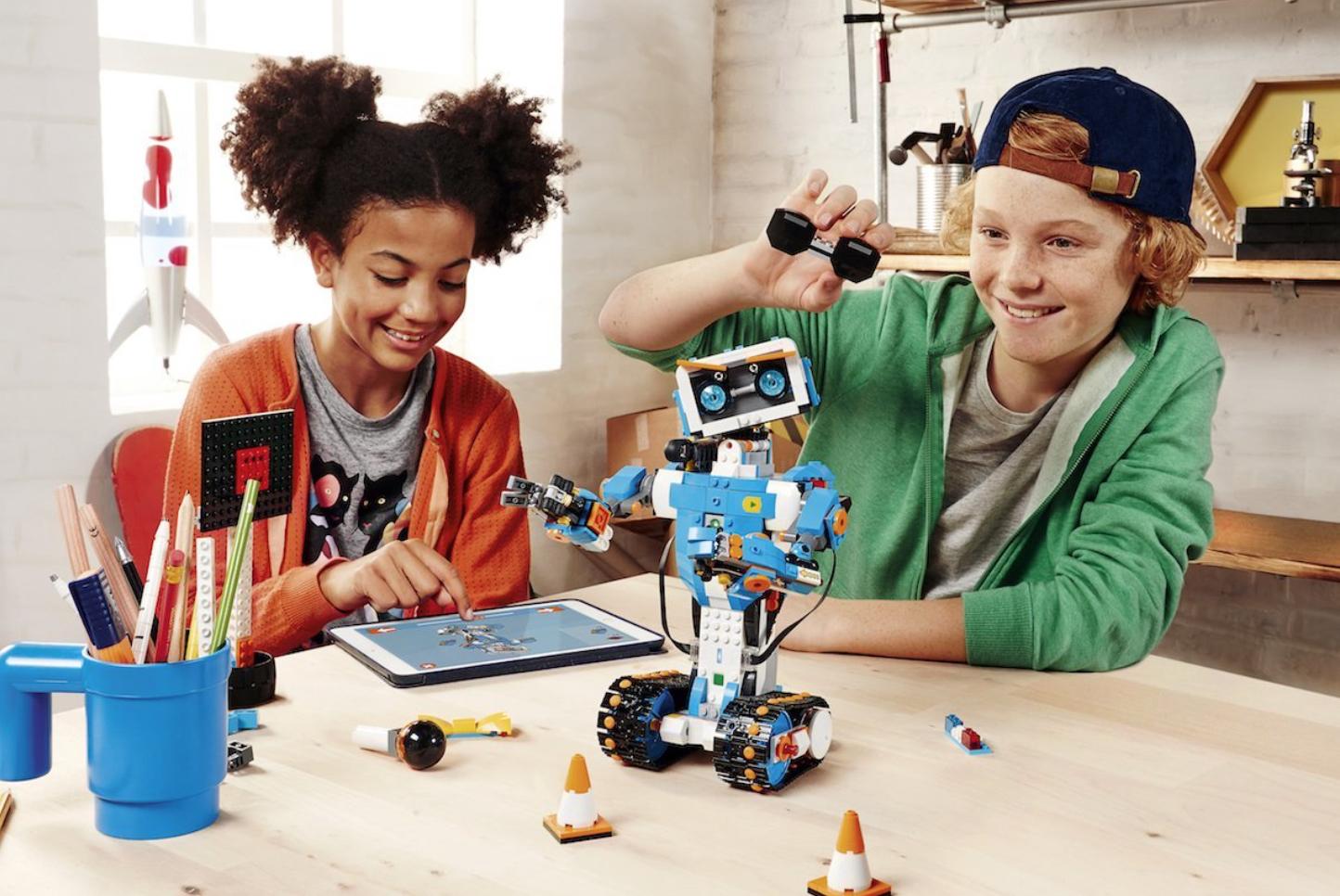 Plusklasleerlingen bouwen een robot met Lego
